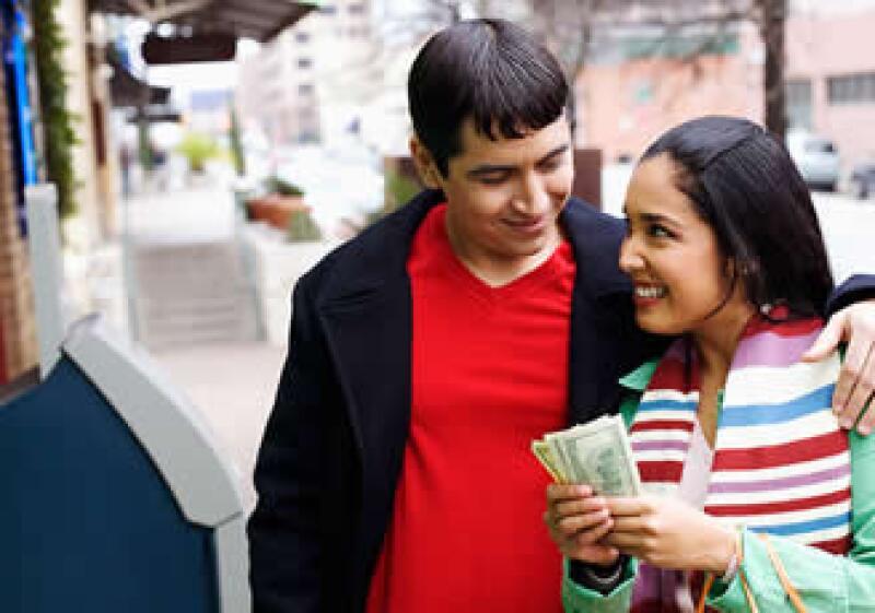Las parejas pueden identificar conflictos y vacíos en su compatibilidad económica con este libro. (Foto: Jupiter Images)