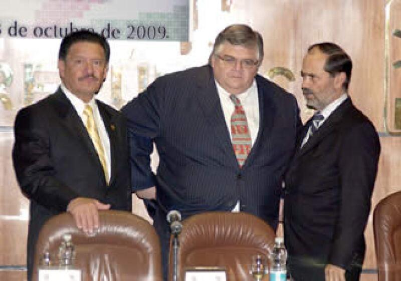 El titular de Hacienda (centro), tras ser recibido por Carlos Navarrete (izq.) y Gustavo Madero (der.) pidió a los Nobel no opinar sobre un país que desconocen. (Foto: Notimex)