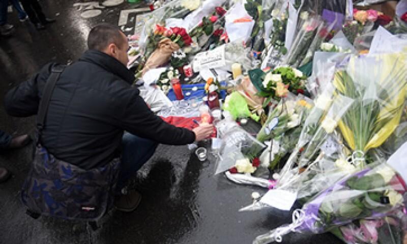 Cientos de personas condenaron el ataque contra la revista francesa. (Foto: Getty Images)