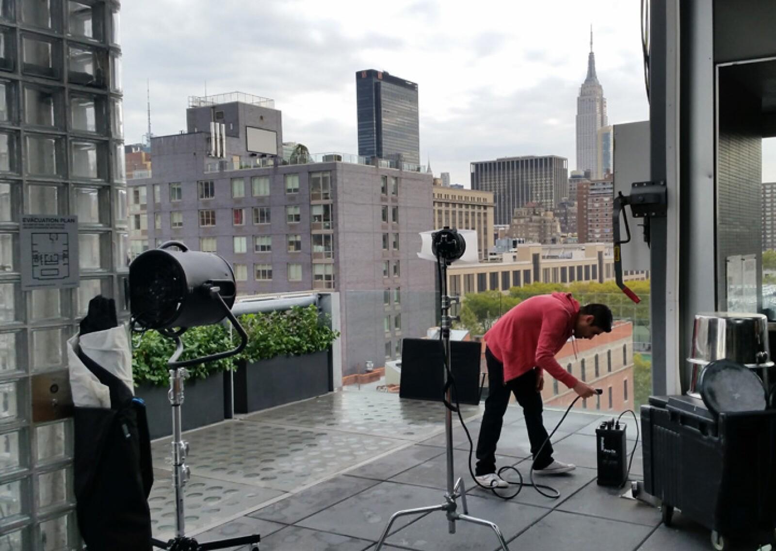 Antes de la llegada de Thalía, el equipo de produción montó el equipo necesario para llevar a cabo la sesión de fotos.