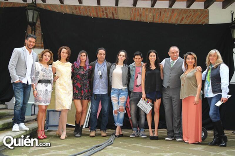 Karla Souza junto a Erick Elías, Fabiola Guajardo, Mara Escalante y el elenco de Qué culpa tiene el niño.