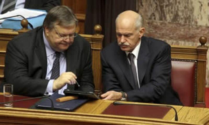 Papandreou (der) aceptó su dimisión a cambio de lograr el voto de confianza, en un plan liderado por su ministro Venizelos (izq). (Foto: Reuters)