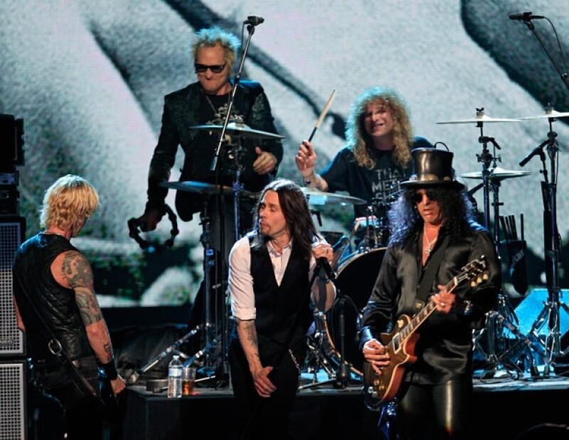 Con músicos invitados debido a la ausencia del guitarristsa John Frusciante y el cantante Axl Rose, respectivamente, las bandas forman parte del Olimpo Musical.