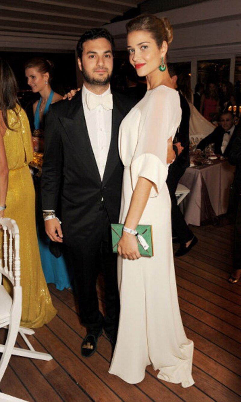 La modelo con su prometido, el empresario egipcio Karim El Chiaty.