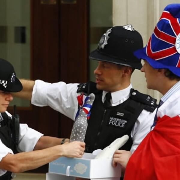 policias revisan regalos para el bebe real