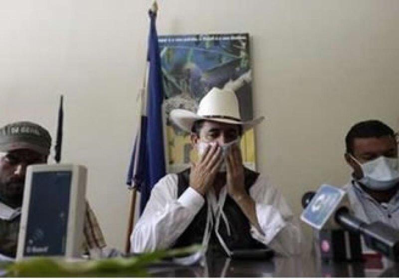 El presidente depuesto mostró fotos para probar el presunto ataque. (Foto: Reuters)