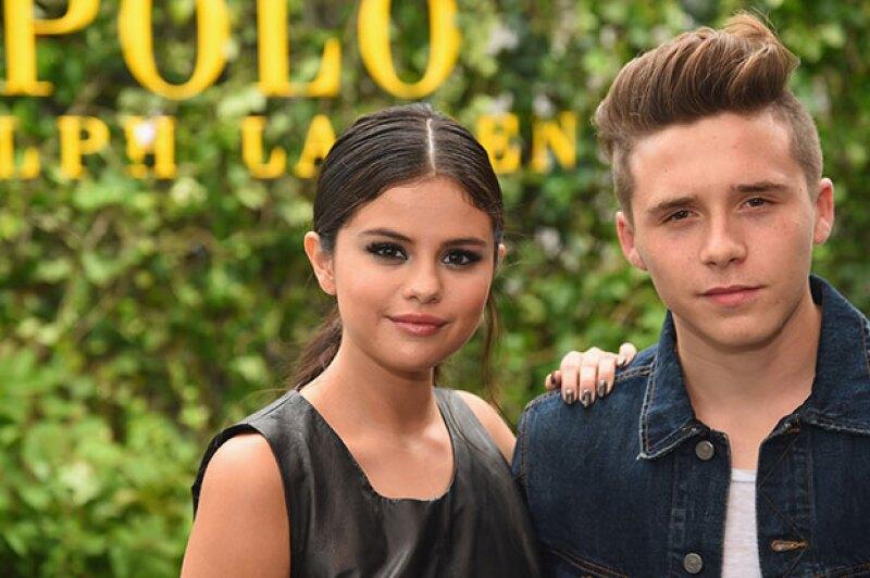 ¿Pareja a la vista? ¡Para nada! La cantante y el hijo de David y Victoria revelan su recién estrenada amistad durante el fashion show de Ralph Lauren.