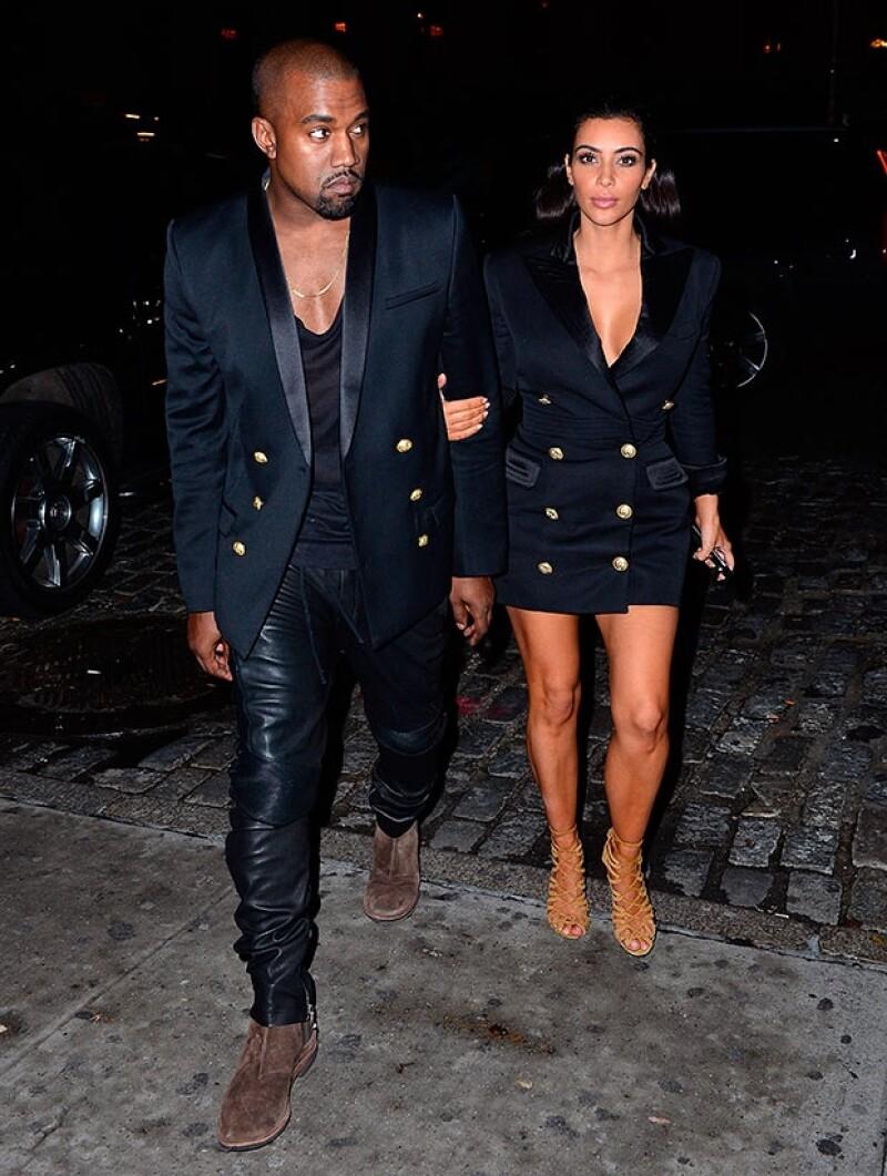La pareja volvió a lucir estilos similares, esta vez se inclinaron por lucir blazers Balmain, cada uno con su toque personal.