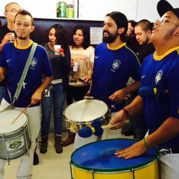 El apoyo a la selección mexicana al ritmo de batucada en Y&R Group