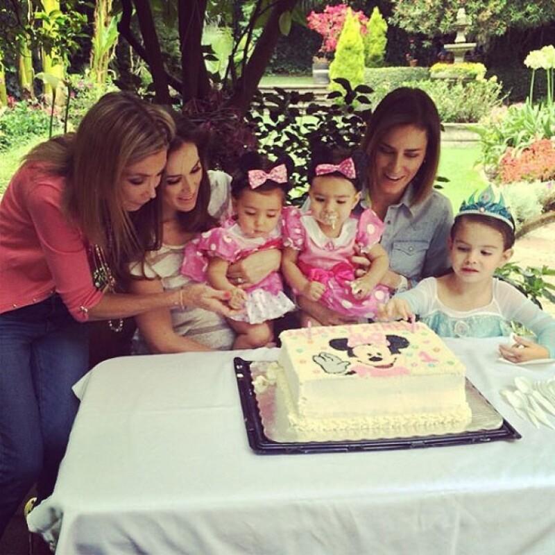"""Hace unos días Jacky Bracamontes celebraba el primer año de vida de su hija """"cachetes""""; ahora, aprovechó las horas de diferencia entre ella y la hija de su hermana Alina para festejarlas juntas."""