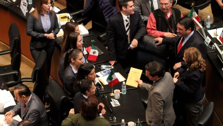El Pleno del Senado inició este martes la discusión del dictamen de reforma energética; la discusión del dictamen en comisiones empezó el lunes y se prolongó más de 13 horas hasta este martes.