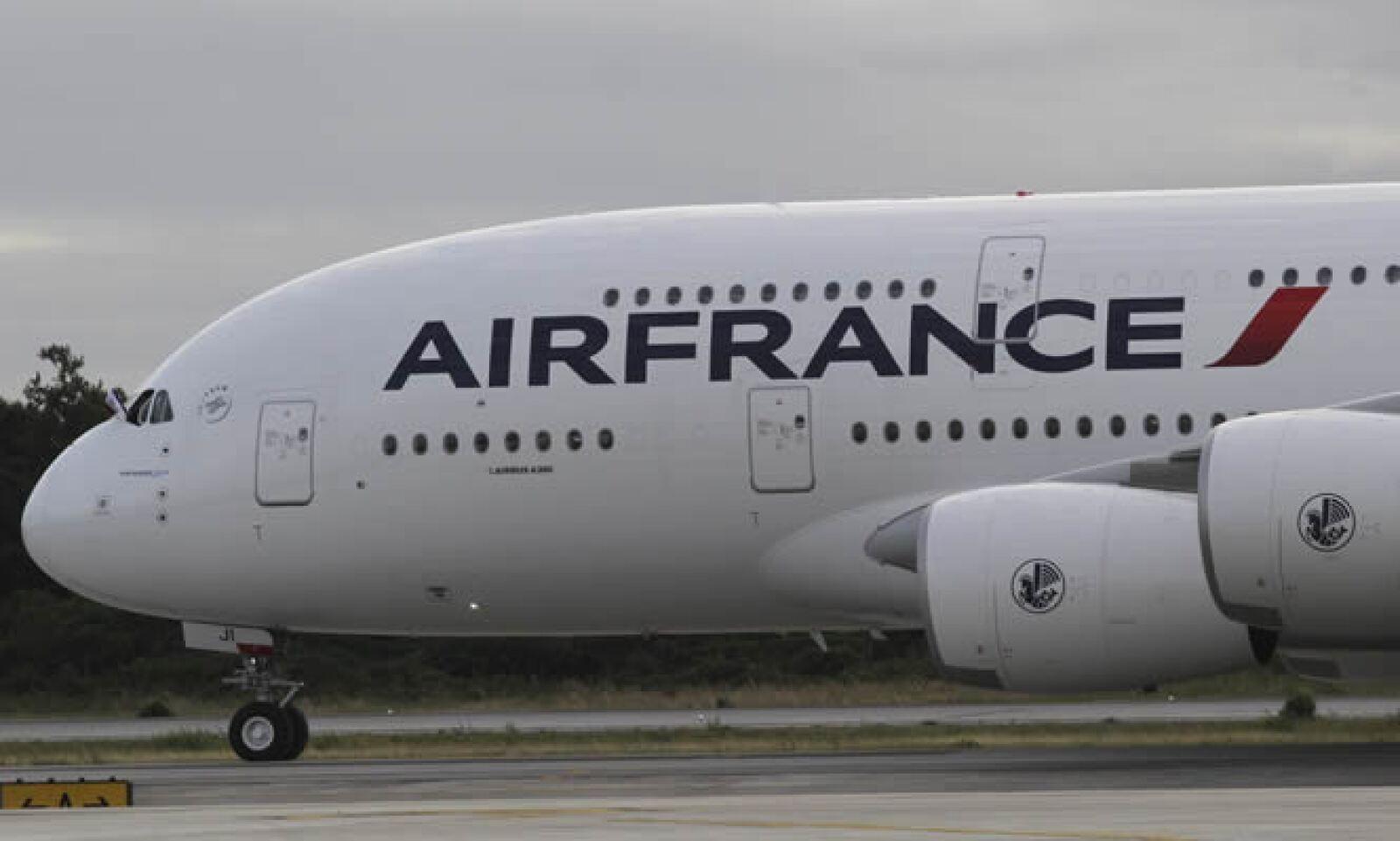 El avión tiene una envergadura de 79.8 metros, una longitud de 73 metros y una altura de 24.1 metros.