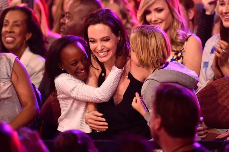 La esposa de Brad Pitt recibió el premio a Mejor Villana, y tanto Siloh como Zahara no contuvieron su emoción y amor hacia su madre.