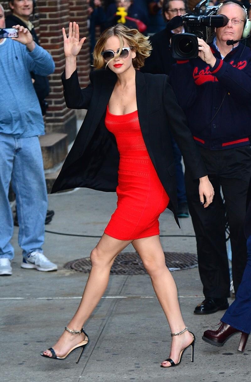 A su llegada a la grabación, la actriz lució muy sexy con un atuendo en rojo con negro.