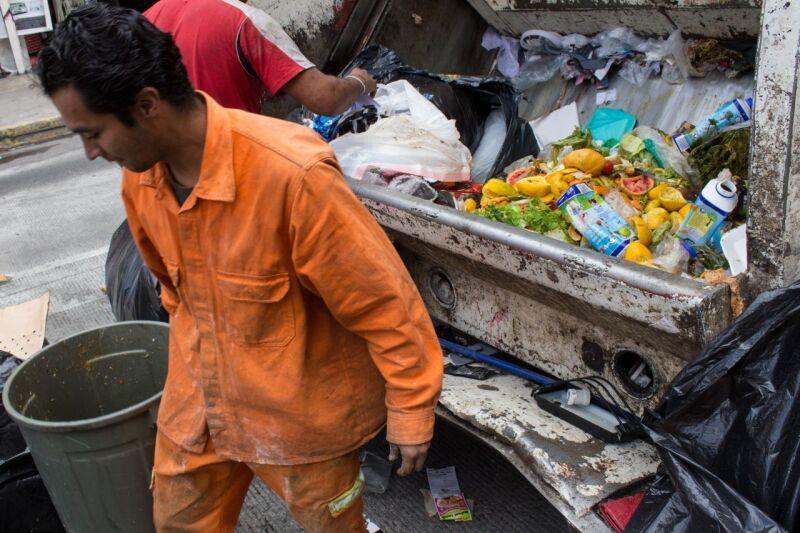 MEXICO, D.F., 03ENERO2014.- En casi todas las calles de la ciudad es posible toparse con montones de basura, que yace apilada en las esquinas o regada a los lados de cestos en parques y banquetas, además de colillas, envases y envolturas de cualquier tamaño por todas partes, que en época de lluvias obstruyen las alcantarillas ocasionando inundaciones. En la imagen, trabajadores de limpia de la delegación Cuauhtémoc. FOTO: DAVID POLO /CUARTOSCURO.COM