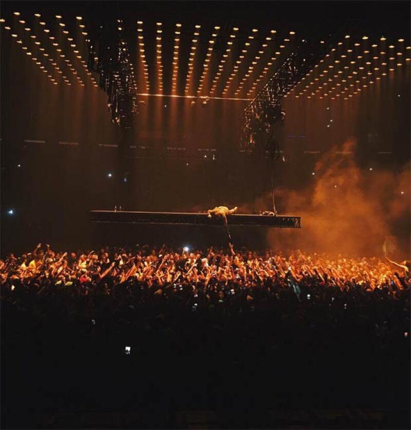 Este fan no pudo contener su emoción por estar en el concierto de Yeezy y decidió llevar a otro nivel su afición, literal.