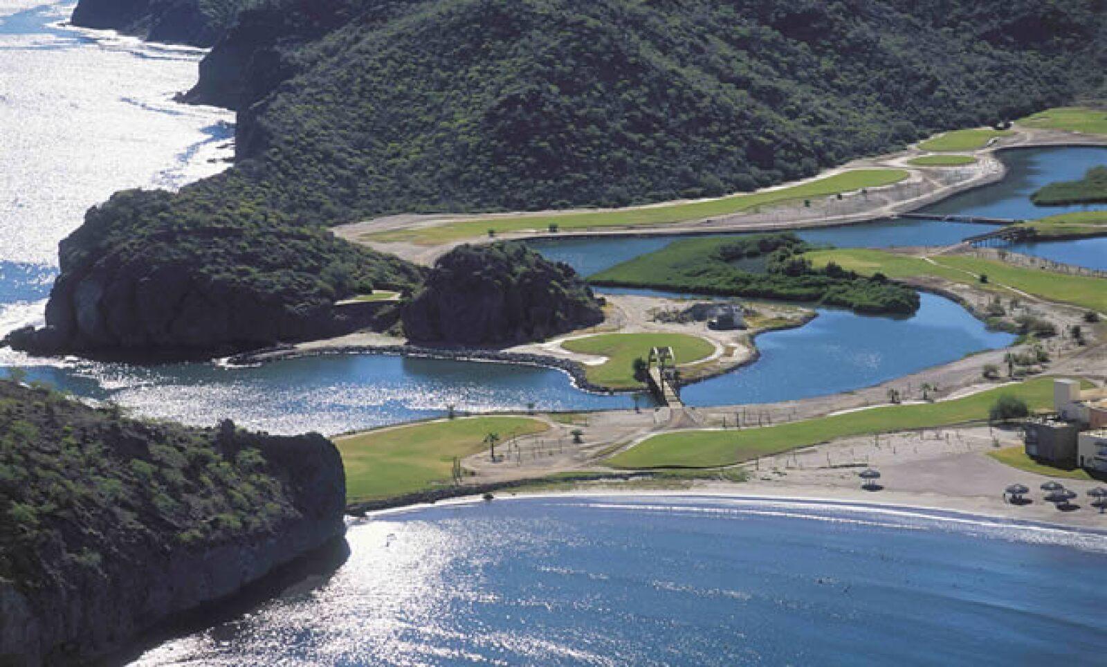 Dentro de sus paisajes están la Sierra Giganta, el desierto y el Mar de Cortés, que alberga a más de 800 especies de vida marina como la ballena azul.