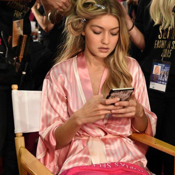 Gigi está al pendiente de sus redes sociales, compartiendo la experiencia desde su celular.
