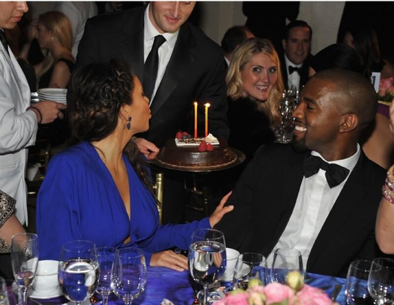 Kim apagó las velitas ante las miradas de los presentes.