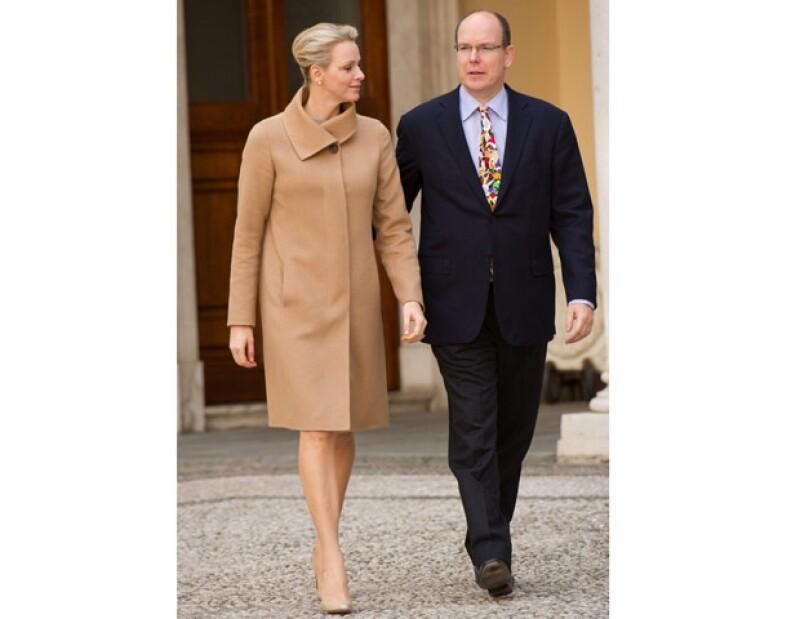 El Príncipe junto con su esposa, Charlene, asisteron a una convivencia con niños a quienes llenaron de regalos y lo que llamó la atención fue outfit del hermano de Carolina.