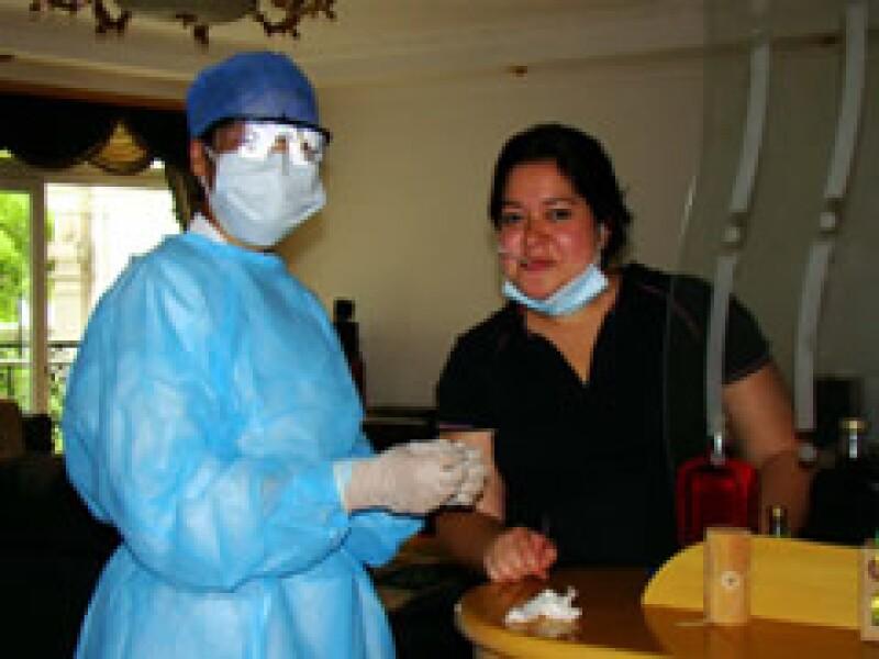 Berenice Vega (derecha) estuvo en cuarentena preventiva en Shangai, China.  (Foto: Cortesía Minneth B. Medina)