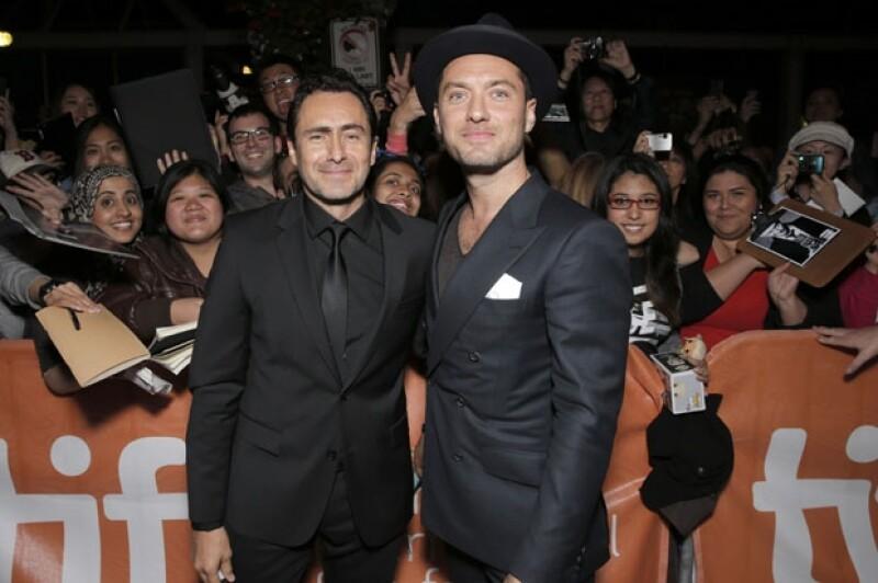 """El mexicano nominado al Oscar y el actor inglés se presentaron en el estreno del filme """"Dom Hemingway"""" en el que comparten créditos durante el festival de cine canadiense."""