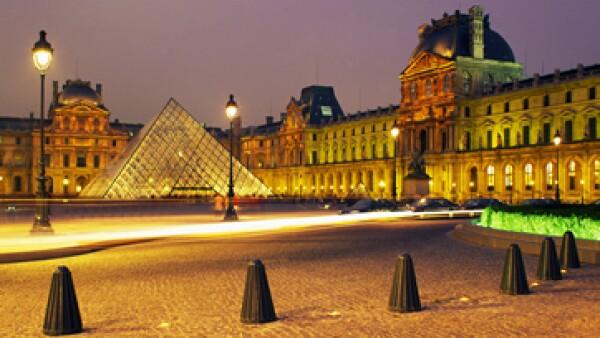 La Policía de París habitualmente patrulla los lugares más turísticos de la capital gala, como la torre Eiffel y el Louvre. (Foto: Getty Images)