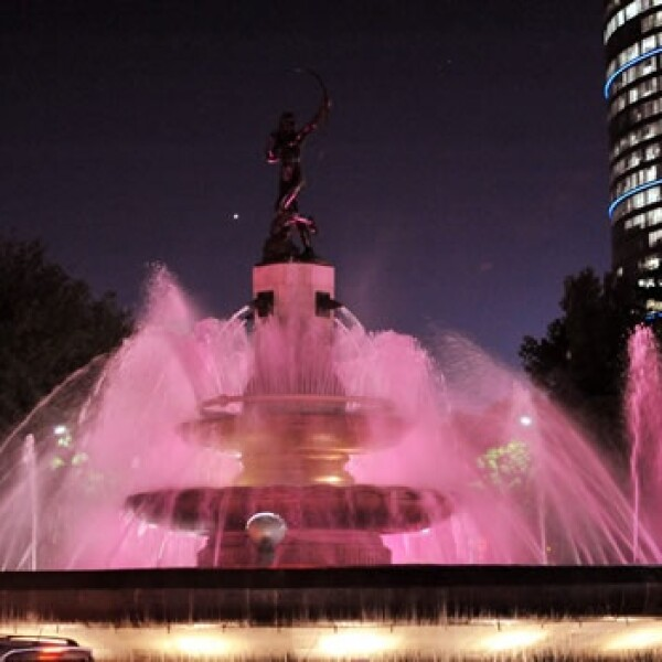 diana cazadora iluminación rosa lucha contra cáncer