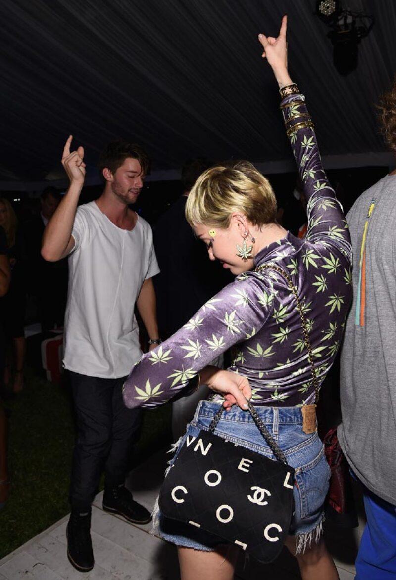 Patrick Schwarzenegger y Miley Cyrus fueron vistos recientemente bailando en una de las fiestas de la feria Art Basel, en la que la cantante lució una blusa con patrones de hojas de mariguana.