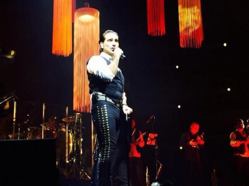 Tras cancelar su presentación en Viña del Mar por una lesión en la rodilla, la noche de ayer, Alejandro Fernández regresó a los escenarios en un romántico concierto en Santiago de Chile.