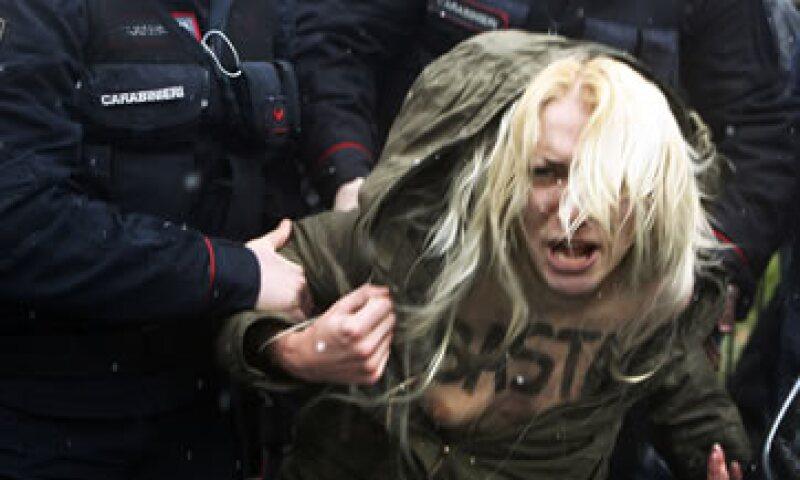 Elementos policiacos detuvieron a las mujeres semidesnudas. (Foto: Reuters)