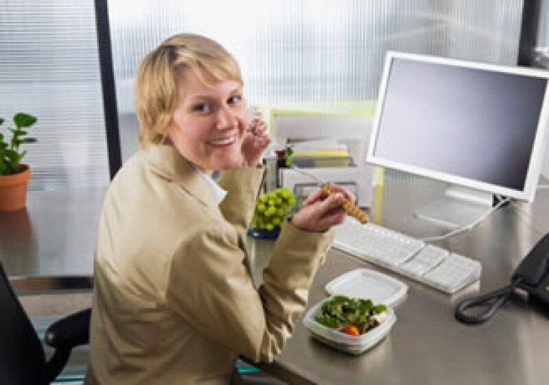 Los bocadillos en el trabajo pueden impulsar tu productividad. (Foto: Jupiter Images)