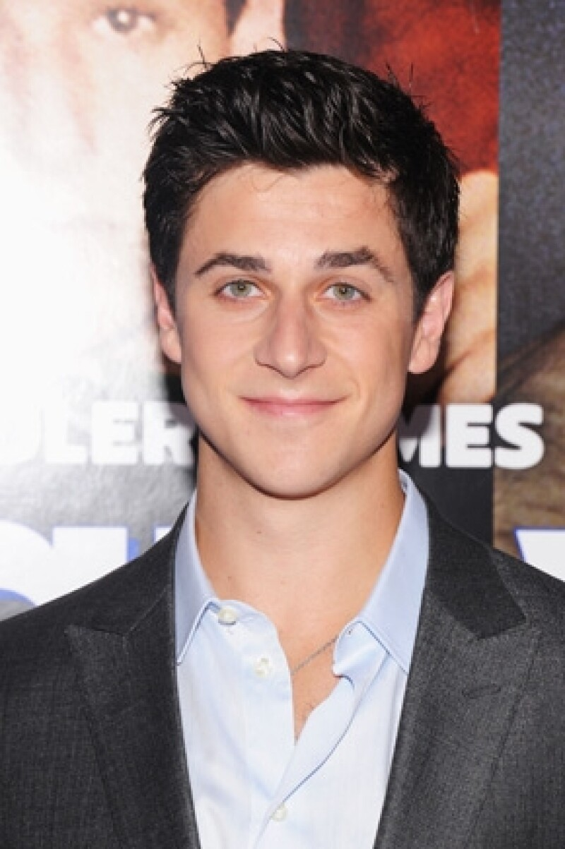 "Él es David Henrie, ex compañero de Selena en la serie ""Wizards of Waverly Place""."