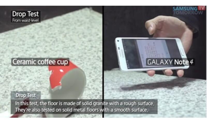 El Galaxy Note 4 sale 'ileso' luego de una caída mientras que una taza termina quebrada. (Foto: Tomada de YouTube)