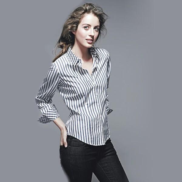 Para la mujer, la firma presenta opciones con colores brillantes, líneas clásicas, frentes con holanes de seda, camisas blancas de almidón y sacos tipo 'tweed' (recortado).