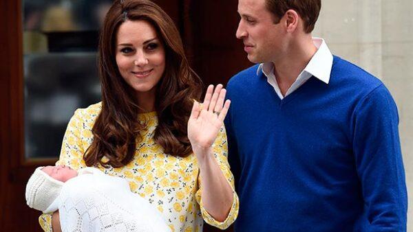 El pequeño George sonríe y señala a su hermana cada vez que la ve, ahora que la familia real se ha mudado a su casa en Norfolk.