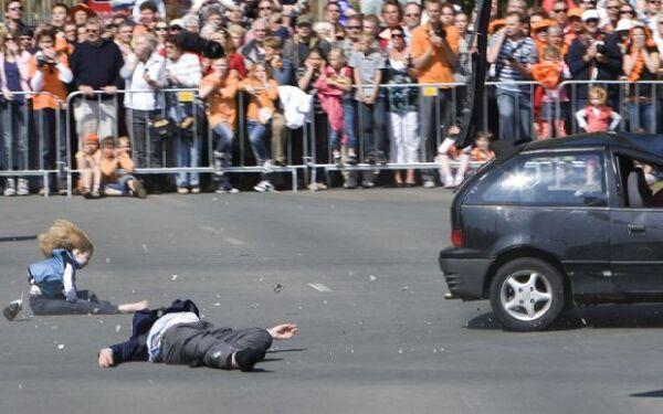 Un hombre irrumpió durante el festejo del Día de la Reina y atropelló a varias personas durante el evento.