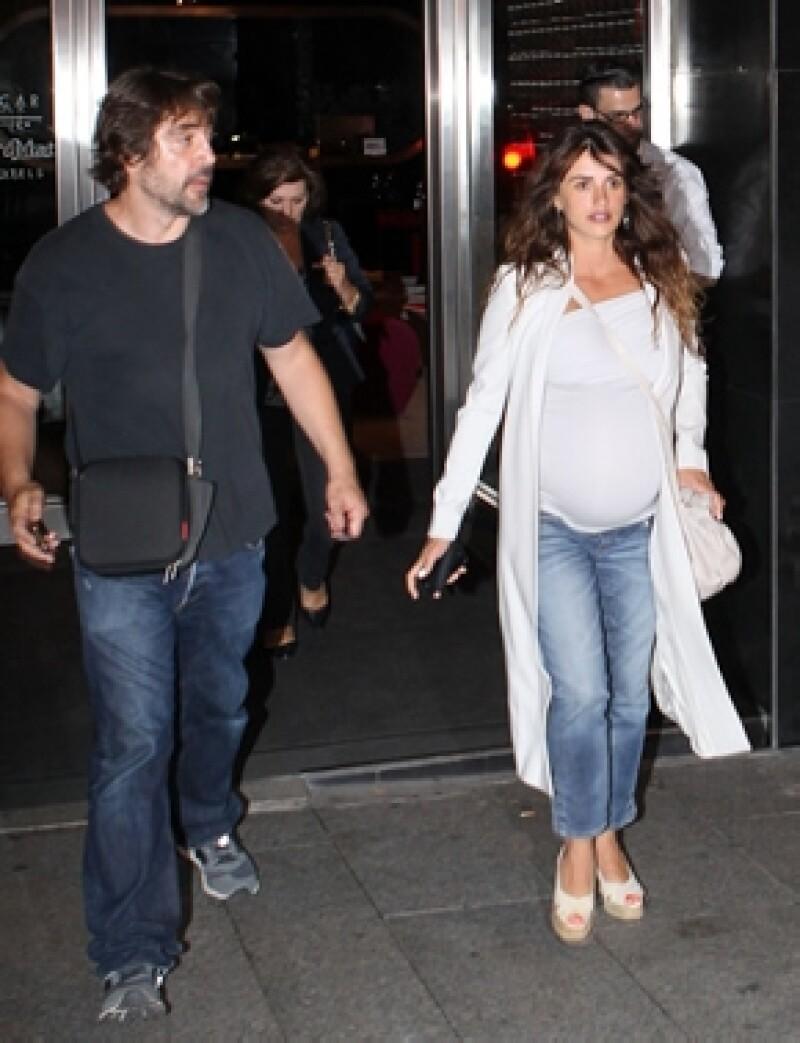 El cineasta llegó junto con la hermana de la actriz español a la clínica Ruber de Madrid para conocer a la hija de Pé.
