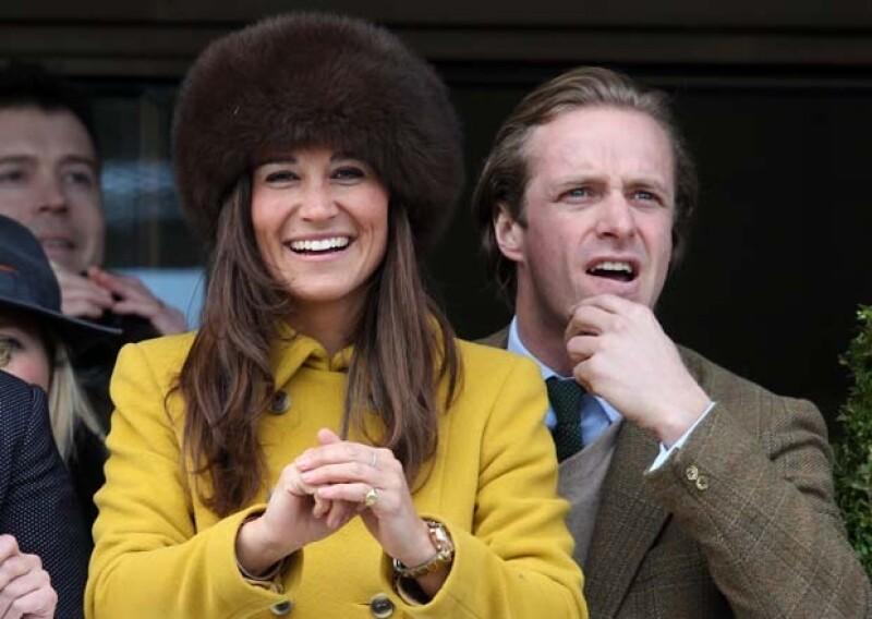 Pippa guapísima y muy `chic´ asistió a Cheltenham en compañía de Tom Kingston, un viejo amigo suyo.