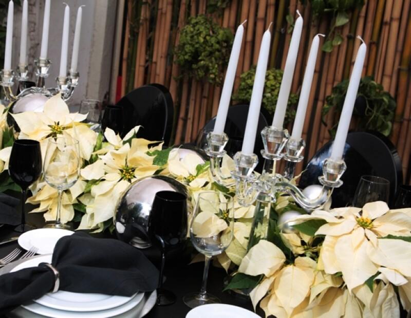 El centro de mesa que se sugiere es hecho con nochebuenas blancas para innovar y salir de las clásicas rojas.