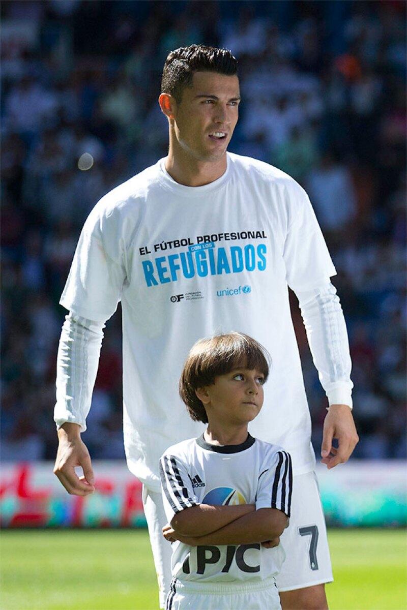 El jugador salió al campo de juego acompañado por Zied, el pequeño que hace unos días fue maltratado por una periodista húngara al querer entrar a Europa.