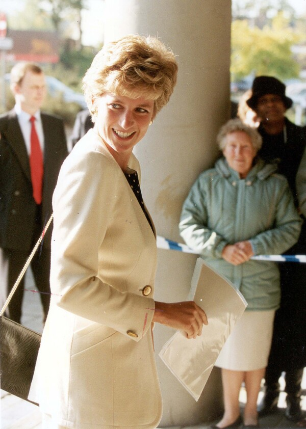 Diana Princess Of Wales Oct-dec 1993 The Princess Of Wales Arriving At St George's Hospital Tooting To Speak A A Conference Held By The National Head Injuries Association....royalty