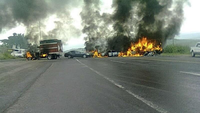 bloqueos en apatzingan, enfrentamiento policias y hombres armados