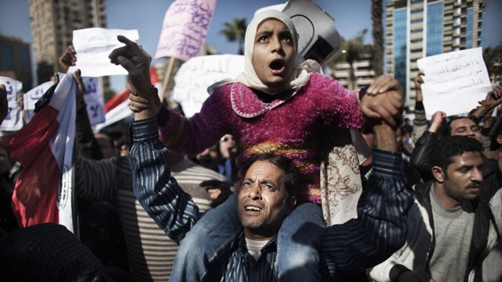 Una pequeña acompaña a su papá en la protesta