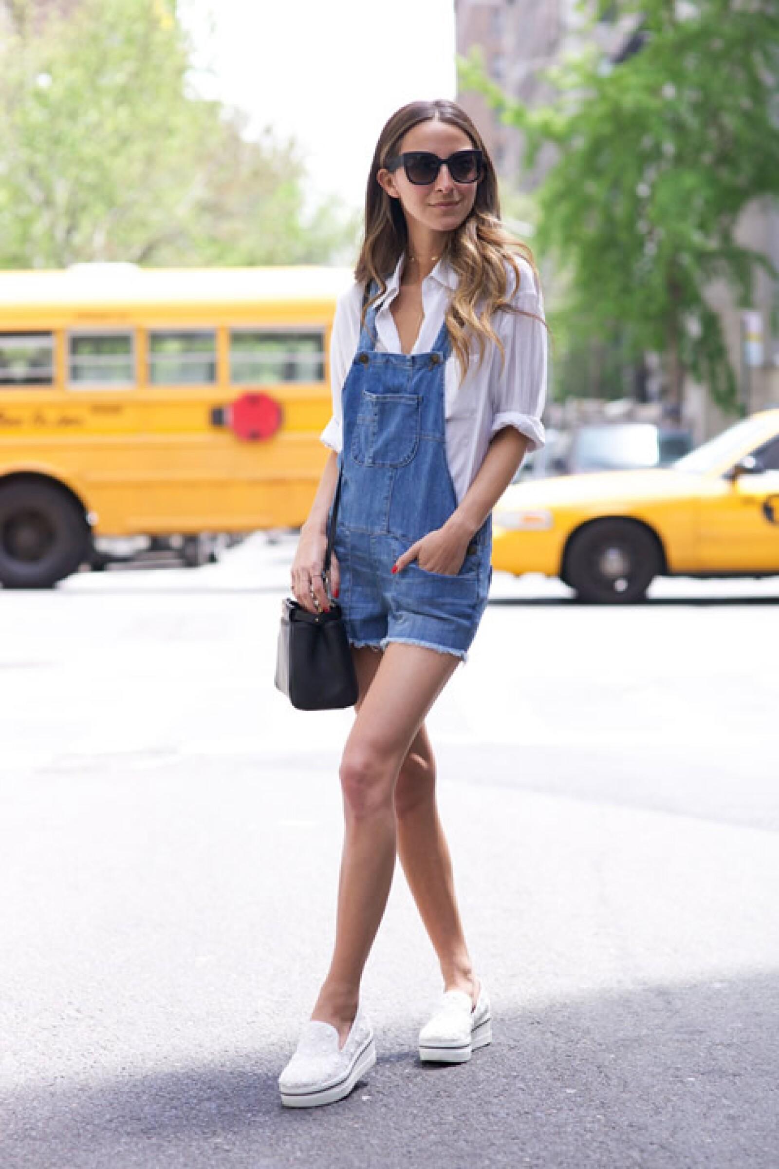 Arielle Charnas de Something Navy sorprende con los mejores looks más casuales para street style. Aquí antes de su embarazo.
