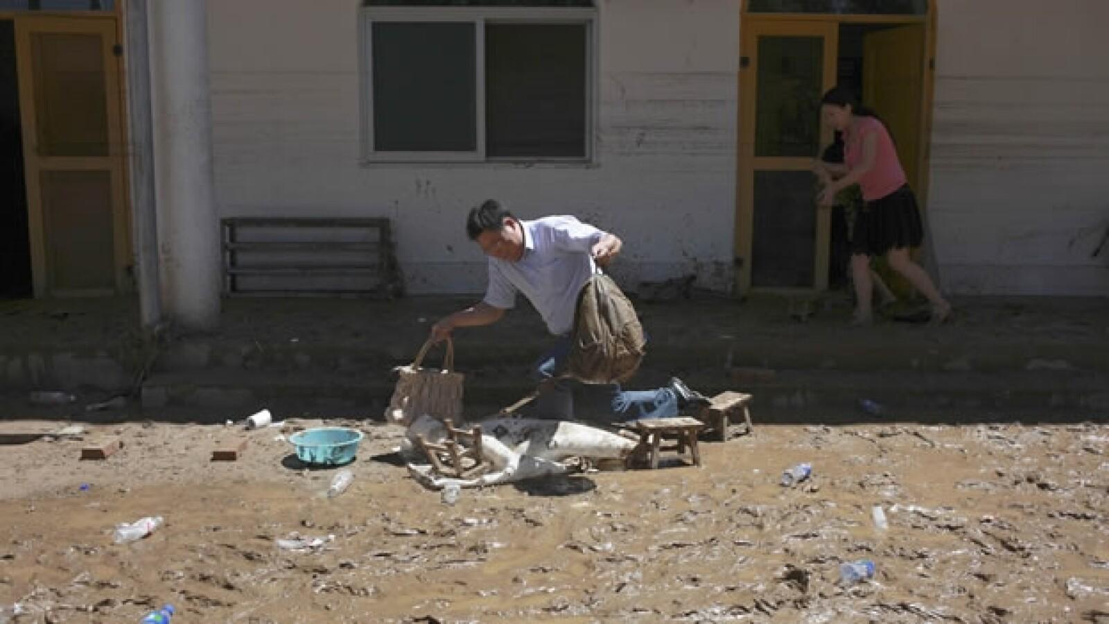 Habitantes de Beijing afectados por las lluvias
