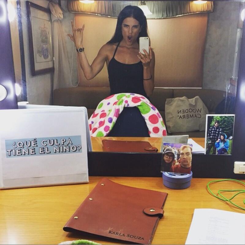 Karla Souza tiene fotos de su esposo dentro de su camerino en México.