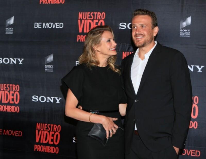 """La actriz llegó a la capital del país junto a Jason Segel para promocionar la cinta """"Nuestro video prohibido"""", y aprovechó para mostrar su toque divertido con la prensa."""