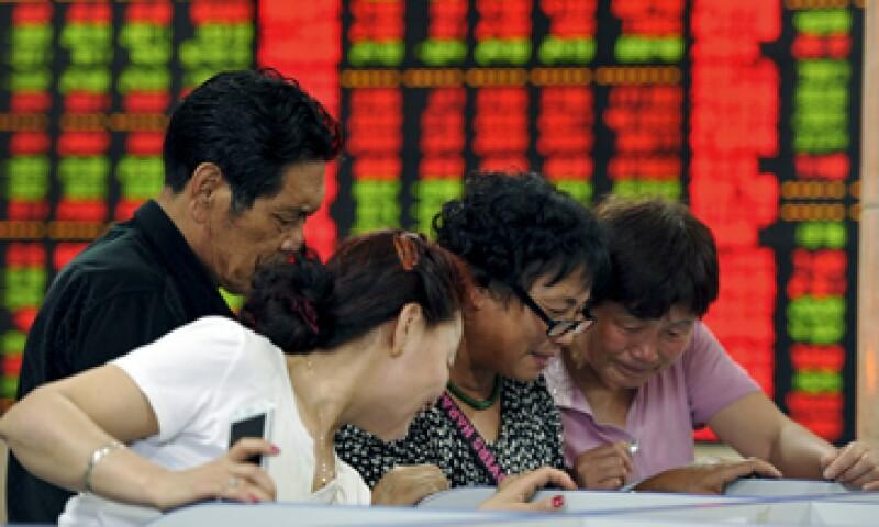 A principios de junio, los inversionistas retiraron abruptamente casi 7,000 millones de dólares de fondos chinos y ETF. (Foto: Reuters )