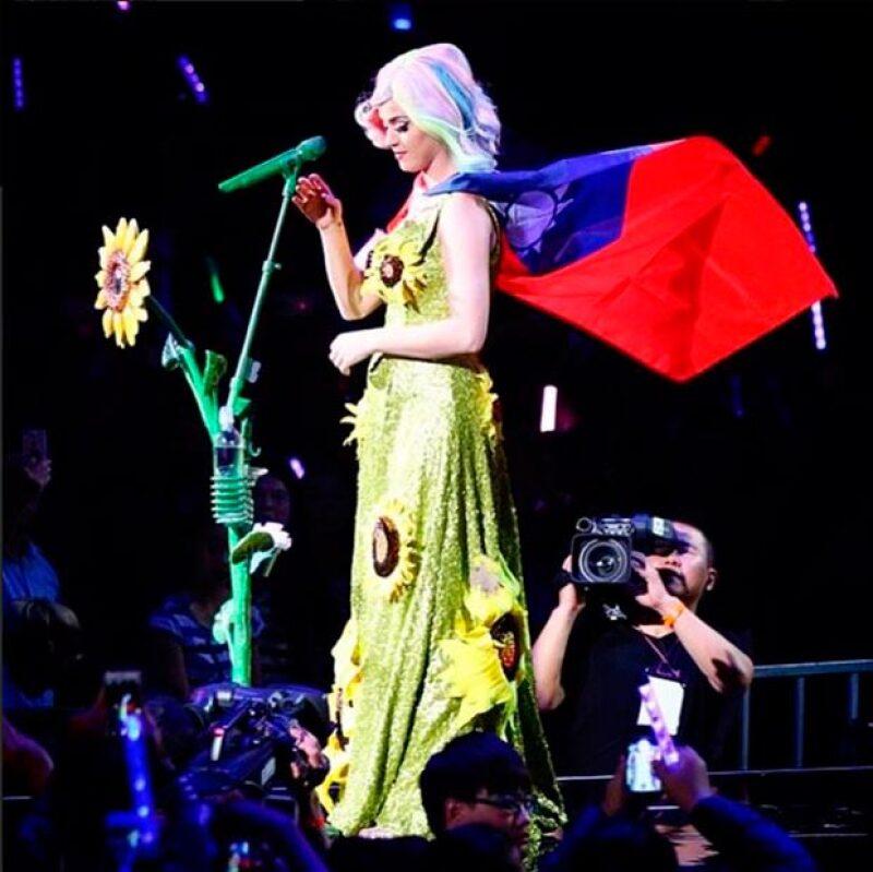 La cantante lució durante su presentación un vestido de girasoles y la bandera de Taiwán, símbolos de la lucha de este país contra China.